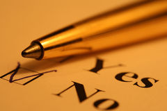 Lista de comprobación y pluma Foto de archivo libre de regalías