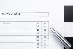 Lista de control con una pluma Imágenes de archivo libres de regalías