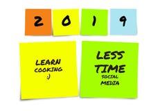 Lista de 2019 definições escritas à mão e de objetivos do ano novo em notas pegajosas na determinação do compromisso e no conceit imagens de stock royalty free
