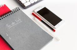 Lista de lío en un cuaderno en el escritorio de oficina Fotos de archivo libres de regalías