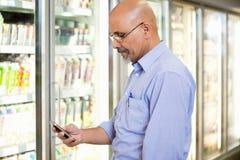 Lista de la tienda de comestibles del teléfono celular fotografía de archivo