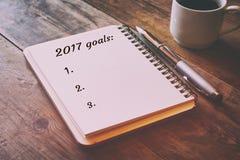Lista de las metas de la visión superior 2017 con el cuaderno Foto de archivo libre de regalías