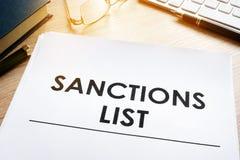 Lista de las sanciones en un escritorio Acto de gobierno para el concepto sancionado de los países foto de archivo libre de regalías