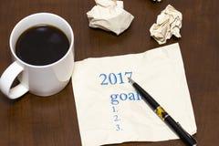 2017 lista de metas en el papel, una tabla de madera con una taza de café Foto de archivo
