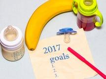 lista 2017 de metas en una hoja de papel con un pacificador y un bab Fotos de archivo libres de regalías
