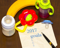 lista 2017 de metas en una hoja de papel con un pacificador y un bab Fotos de archivo