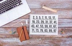 Lista de números primeros debajo de 100, endecha del plano del escritorio de oficina Fotografía de archivo