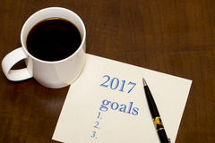 2017 lista de objetivos no papel, uma tabela de madeira com uma xícara de café Foto de Stock Royalty Free