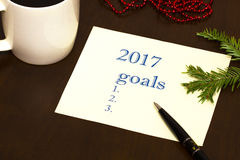 2017 lista de objetivos no papel, uma tabela de madeira com uma xícara de café Imagens de Stock