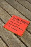 Lista de resolución de los Años Nuevos escrita en notas pegajosas Foto de archivo