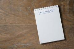 lista de 2017 resoluciones en la libreta en la tabla de madera Fotografía de archivo