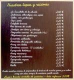 Lista de tapas en una barra en Barcelona Imagenes de archivo