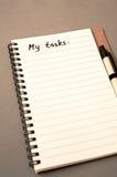 Lista de tareas del dibujo de la mano en el cuaderno Fotos de archivo