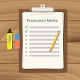 Lista de verificação relativa à promoção dos meios na prancheta com lápis ilustração stock