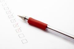 Lista de verificación con el bolígrafo rojo Foto de archivo libre de regalías