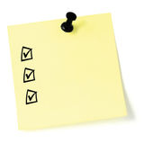 Lista de verificação amarela da etiqueta, caixas de verificação pretas e marcas do tiquetaque, percevejo isolado, nota pegajosa d Foto de Stock Royalty Free