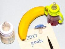 lista 2017 degli scopi su un foglio di carta con una tettarella e un bab Fotografia Stock