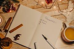 Lista dei presente scritti sul taccuino aperto vista superiore del Natale e delle decorazioni del nuovo anno Immagine Stock Libera da Diritti