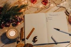 Lista dei presente scritti sul taccuino aperto Vista superiore di natale Fotografie Stock