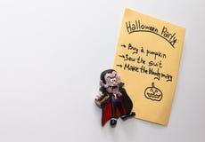 Lista del partido de Halloween en la nota del refrigerador Imagen de archivo libre de regalías