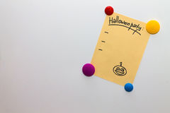 Lista del partido de Halloween en la nota del refrigerador Imágenes de archivo libres de regalías