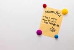 Lista del partido de Halloween en la nota del refrigerador Foto de archivo libre de regalías