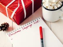 Lista del planeamiento de los regalos de la Navidad que hace compras Imagen de archivo libre de regalías
