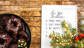 Lista delle risoluzioni del nuovo anno con gli spuntini e le decorazioni fotografia stock