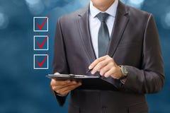 Lista di controllo dei bottoni e dell'uomo d'affari Immagini Stock Libere da Diritti
