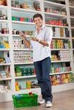 Lista di controllo dell'uomo sulla compressa di Digital in deposito Fotografia Stock
