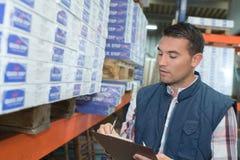 Lista di controllo dell'uomo sulla lavagna per appunti in magazzino Immagine Stock Libera da Diritti