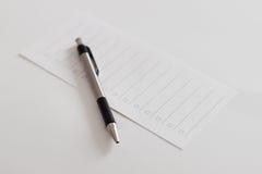 Lista di controllo della carta in bianco e della penna Fotografie Stock Libere da Diritti