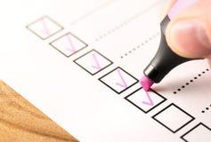 Lista di controllo, tenente punteggio degli obblighi o delle mansioni completate nel concetto di progetto fotografie stock libere da diritti