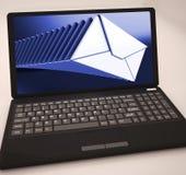 A lista dos correios no portátil mostra mensagens em curso ilustração stock