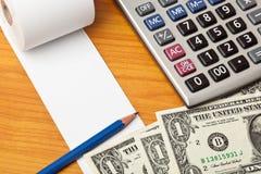 Lista en blanco con los billetes de dólar y la calculadora Fotos de archivo