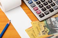 Lista en blanco con los dólares australianos y la calculadora Fotografía de archivo libre de regalías