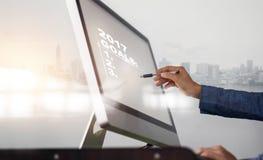 lista en la pantalla de ordenador, concepto de 2017 metas del negocio Imagen de archivo libre de regalías
