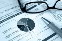 Lista financiera, revisión de la inversión fotografía de archivo libre de regalías
