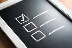 Lista kontrolna na chalkboard Agenda i postęp projekt w biznesie Dokument skończeni praca obowiązki, odpowiedzialność i obrazy royalty free
