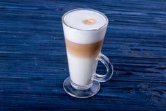 Lista latte sztuka kształtuje na białym tle odizolowywającym Fotografia Royalty Free