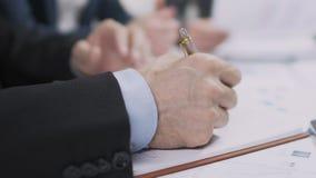 Lista masculina de la escritura del abogado de las prioridades en cuaderno, punto fijo de la campaña electoral de  metrajes