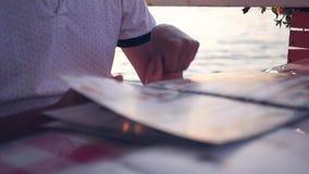 Lista menyn i kafét i aftonen på solnedgången HD 1920x1080 långsam rörelse stock video