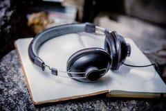 Lista musicale radiofonica, cuffie del taccuino Immagine Stock Libera da Diritti