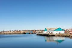 Lista, Norvège - 18 mars 2018 : Petit village de pêche, bateaux au port une journée de printemps ensoleillée océan et bleu bleus Images libres de droits