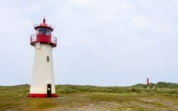 Lista-oeste do farol dentro de uma paisagem da duna com grama e areia Vista panorâmica em um dia claro Localizado em auf Sylt da  foto de stock royalty free
