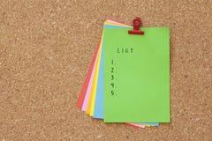 Lista pisać na koloru majcheru notatkach nad korek deski tłem Zdjęcia Royalty Free
