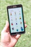 Lista pokemons na telefonu komórkowego ekranie Zdjęcia Stock