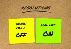 Lista ręcznie pisany nowy rok postanowienia i cel kleiste notatki: ogólnospołeczni środki daleko, prawdziwe życie dalej w oddanie obrazy stock