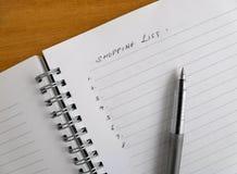 Lista y pluma de compras Foto de archivo