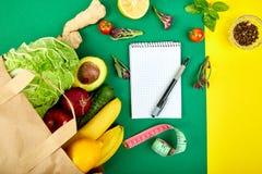Lista zakupów, przepis książka, dieta plan Grocering pojęcie Pełna papierowa torba różni owoc i warzywo, składniki dla obrazy stock